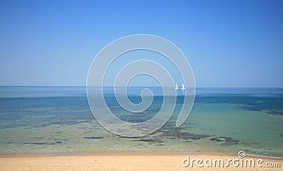 Barcos de navegación en agua tropical
