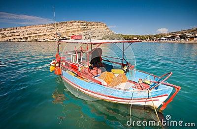 Barcos de pesca asegurados en la bahía de Matala, Crete, Greec