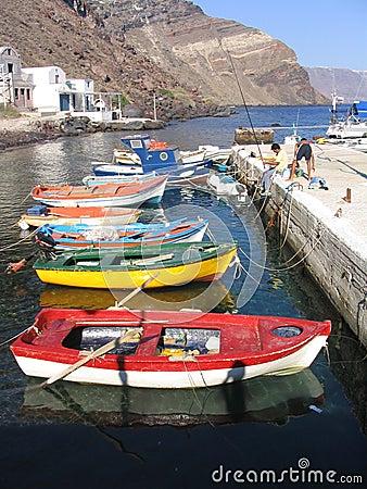 Barcos de pesca coloridos, Santorini, Grecia