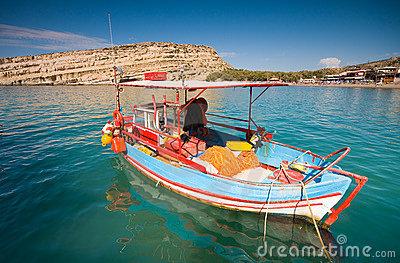 Barcos de pesca escorados no louro de Matala, Crete, Greec