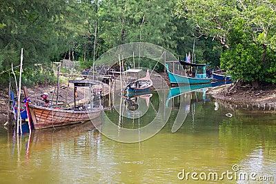 Barcos de pesca no rio no Koh Kho Khao