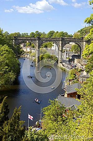 Barcos de Rowing en el río Nidd, Knaresborough Fotografía editorial