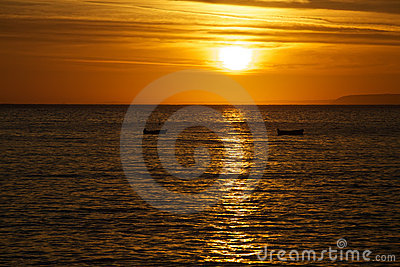 Barcos del océano de la salida del sol