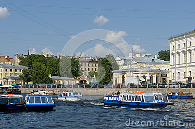 Barcos Sightseeing no canal St Petersburg Foto Editorial