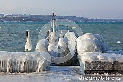 Bardzo zimna temperatura daje lodowi i marznie przy jeziornym Lemanu bord