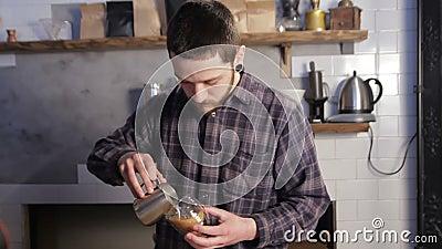 Barista, das Kaffee Lattekunst macht Auslaufende Milch in Cappuccino stock video footage