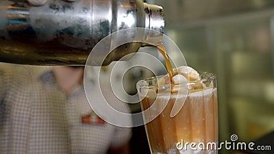 Barista salta del café para tomar un helado almacen de video