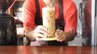 Barista Serving Fresh Brew gefror Kaffee stock footage
