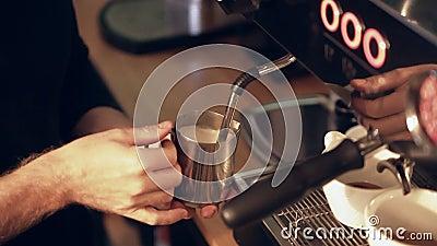 Barman cuisant le lait à la vapeur pour un latte ou un cappuccino banque de vidéos