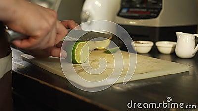 Barman Cutting een Kalk in een Koffie stock videobeelden