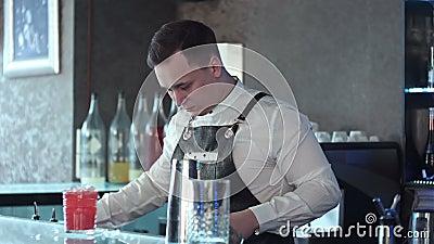 Barmixer, der Alkohol coctail im Restaurant macht stock video