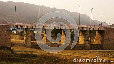 Barn nära den Pushkar bron stock video
