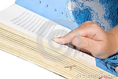 Barn som pekar avläsning till ord