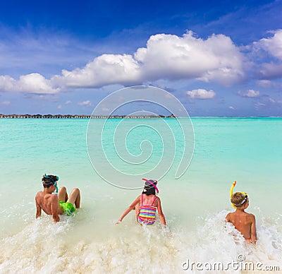 Barn surfar tropiskt