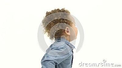 Barnet sitter på golvet, och skrik, är han i sorg Vit bakgrund långsam rörelse lager videofilmer