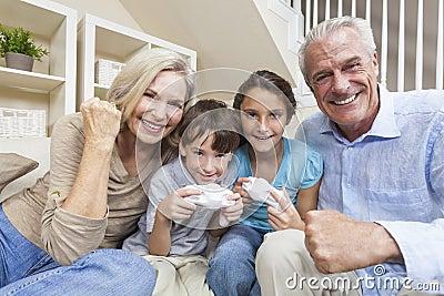 Barnfamiljen spelar videopp morföräldrar