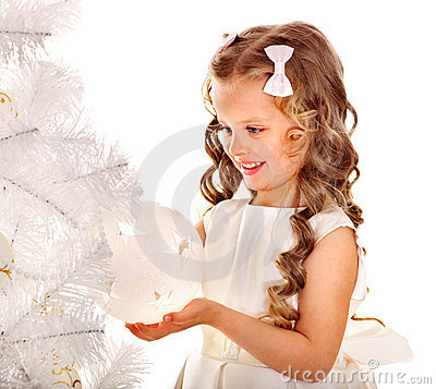 Barnjulen dekorerar treen