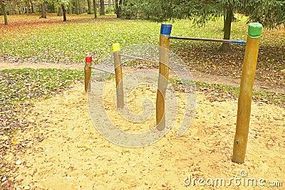 barres horizontales en acier sur les piliers en bois chez le terrain de jeu des enfants sable. Black Bedroom Furniture Sets. Home Design Ideas