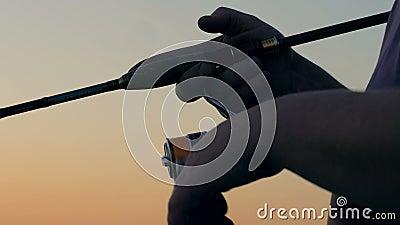 Barretta moderna con un'attrezzatura di filatura, fine su video d archivio