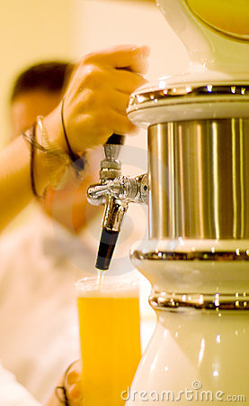 Free Bartender Pouring Beer Royalty Free Stock Image - 5772016