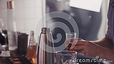 Bartendern häller drinken i shaker på stångställningen _ beverly Danandecoctail arkivfilmer
