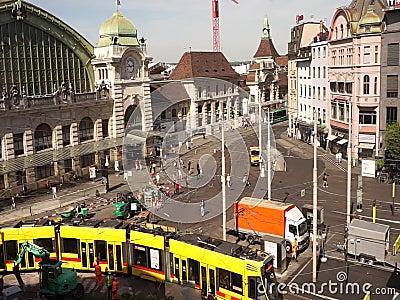 Baselcentralen i Schweiz utanför tågstationen lager videofilmer