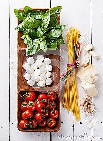 Free Basil, Mozzarella, Tomatoes And Spaghetti Stock Photography - 39012152