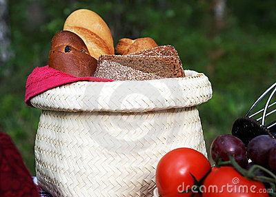 A basket with bread at a picnic