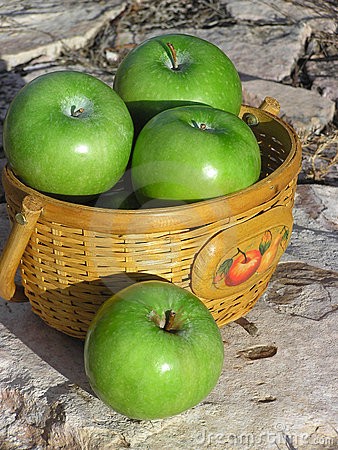 Free Basket Of Apples 02 Royalty Free Stock Images - 511519