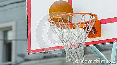 Basketball-Team kann Three-Pointer während des Matches, Verlust in Konkurrenz zählen nicht stock footage