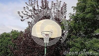 Basketbankskott på ett utomhus- beslag 01 stock video