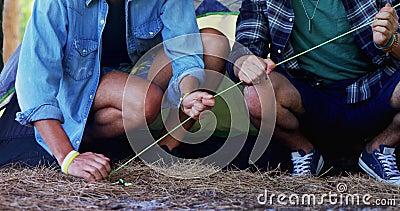Basse section des amis clouant la cheville de tente 4k clips vidéos