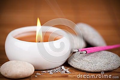 Bastoni e candela di incenso