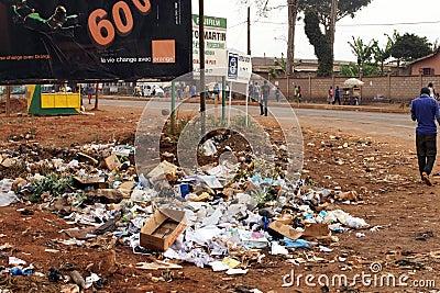 Basura por el camino en África Foto editorial