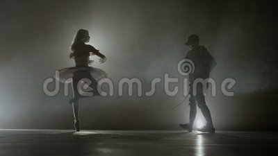 Bataille de danse moderne entre un jeune danseur d'houblon de hanche contre une belle ballerine gracieuse - banque de vidéos
