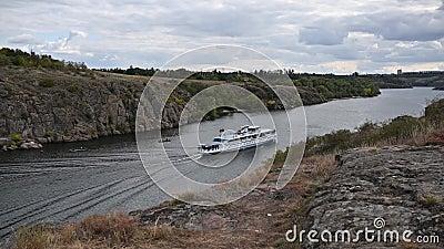 Bateau de croisière à moteur sur la rivière transportant des touristes, rivière Dnipro attraction touristique été banque de vidéos