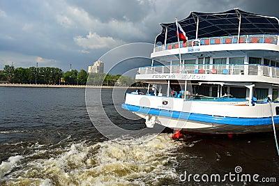 Bateau de croisière de fleuve Photo stock éditorial