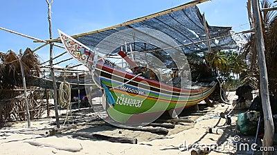 Bateau de pêche traditionnel de Kolek ou Koleh à Banton Beach à Narathiwas, Thaïlande clips vidéos