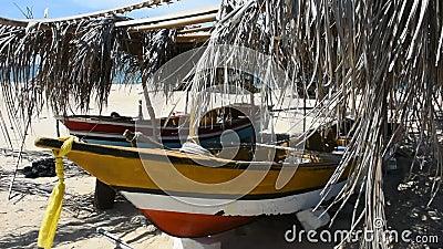 Bateau de pêche traditionnel de Kolek ou Koleh à Banton Beach à Narathiwas, Thaïlande banque de vidéos