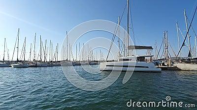 Bateau espagnol à Marina Valencia Vue des yachts sur le port depuis un bateau de plaisance Club nautique en Espagne banque de vidéos