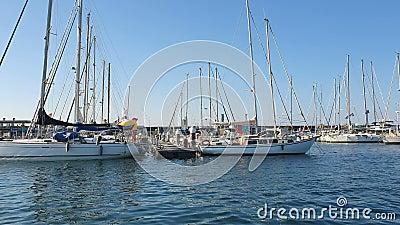 Bateau espagnol à Marina Valencia. Vue des yachts sur le port depuis un bateau de plaisance. Club nautique en Espagne clips vidéos