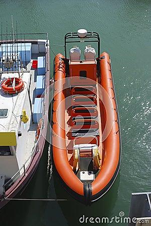 Bateau gonflable pour des voyages de mer brighton images libres de droits - Bateau gonflable mer ...