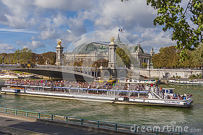 Bateau Mouche, Παρίσι Εκδοτική Στοκ Εικόνα