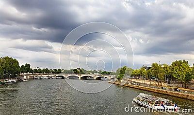 Bateau touristique sur Seine Image éditorial