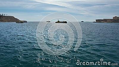 Bateaux de navigation en mer Le mouvement des bateau-bathyscaphes de touristes jaunes en mer ouverte, contre banque de vidéos