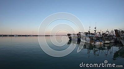 Bateaux de pêche finalement, port de San Benedetto del Tronto, Italie banque de vidéos