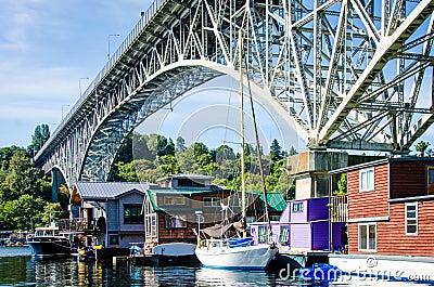 Bateaux-maison colorés dans Freemont, Seattle Image éditorial