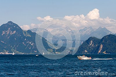 Paysage avec le lac, les voiliers et les montagnes
