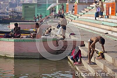 Batería de río ocupada de Ganges en la ciudad de Varanasi, adentro Imagen editorial