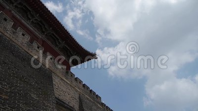 Battlement Σινικών Τειχών & πετρών, αρχαία πύλη πόλεων DaiMiao μπλε ουρανός σύννεφων φιλμ μικρού μήκους
